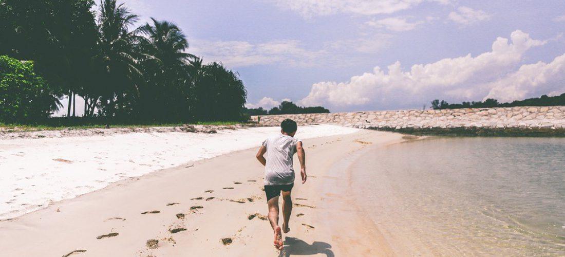 Entrenamiento en la playa: cinco ejercicios que puedes hacer en el mar y en la arena